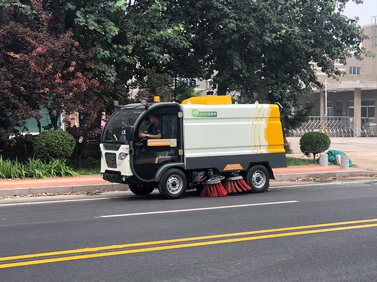百易环卫电动清扫车在清扫公路