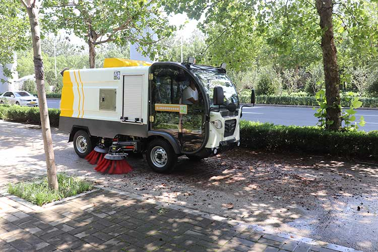 百易环卫电动清扫车BY-S50在清扫辅道