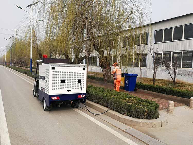电动四轮高压清洗车在冲洗垃圾桶