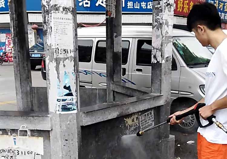 高压清洗车在清理小广告