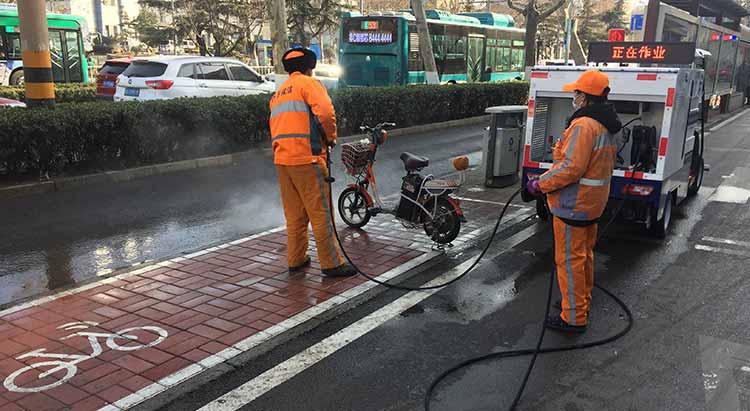 高压清洗车在冲洗人行道花砖