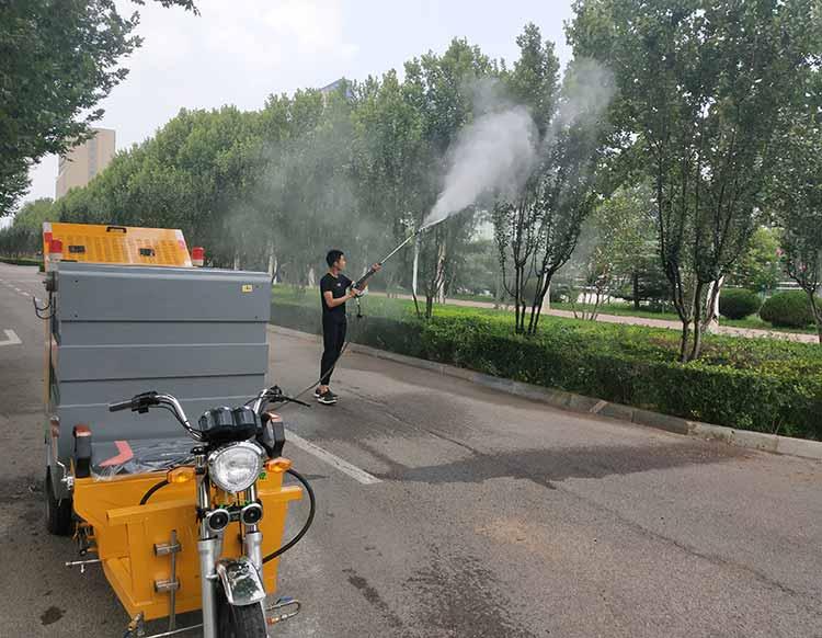 高压清洗车在给绿化树木喷洒农药