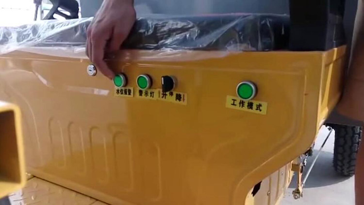 高压清洗车电源开关、水位报警、作业警示灯、冲洗器升降开关和工作模式模式按钮