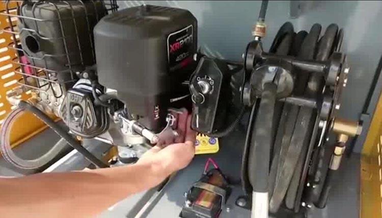 高压清洗车启动发动机时,风门向外扳起