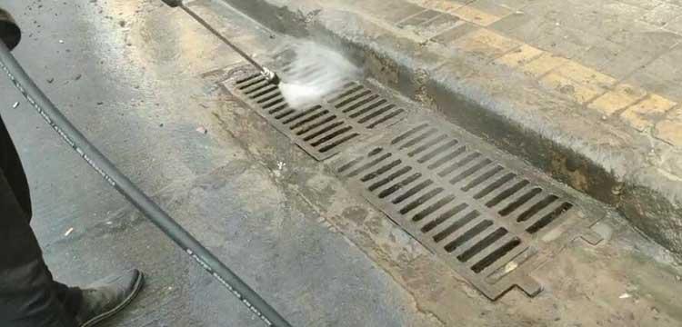 高温高压冲洗车在冲洗下水道井盖