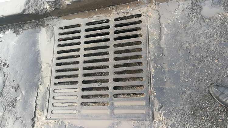高温高压冲洗车冲洗过后的下水道井盖和路面