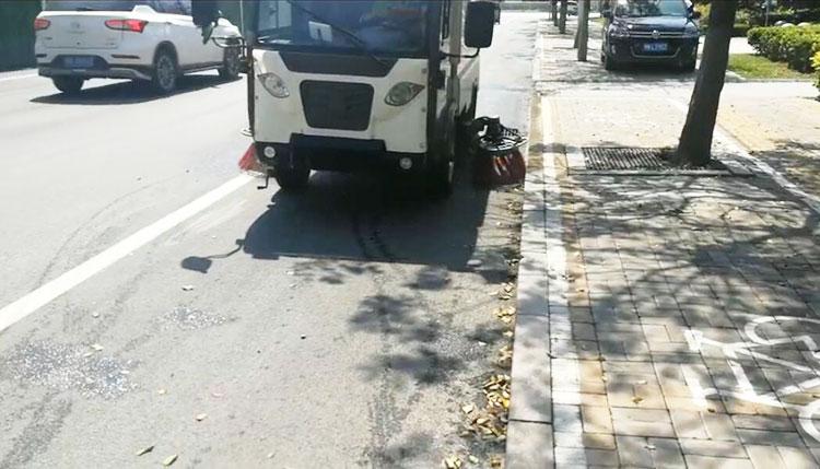 电动清扫车BY-S50在清扫马路