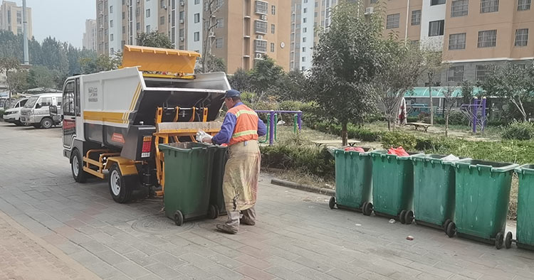 高唐县垃圾清运有限公司引进纯电动垃圾清运车作业现场