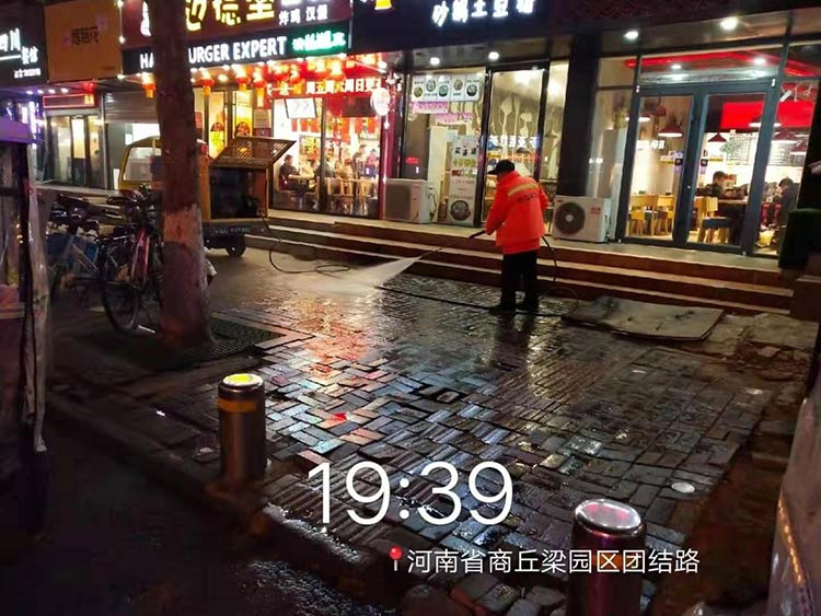 梁园环卫引进电动高压冲洗车,用于人行道快速冲洗