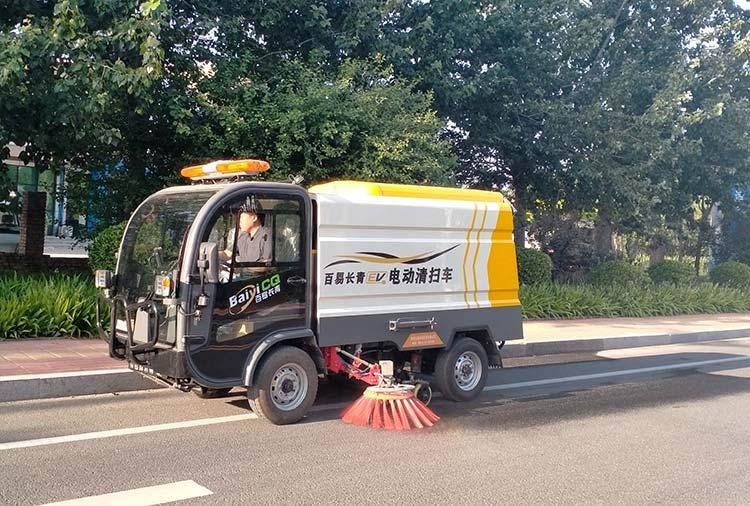 百易长青驾驶式电动清扫车作业图片