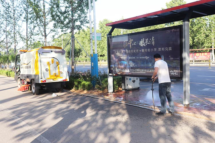 百易长青纯电动道路扫地车作业图片