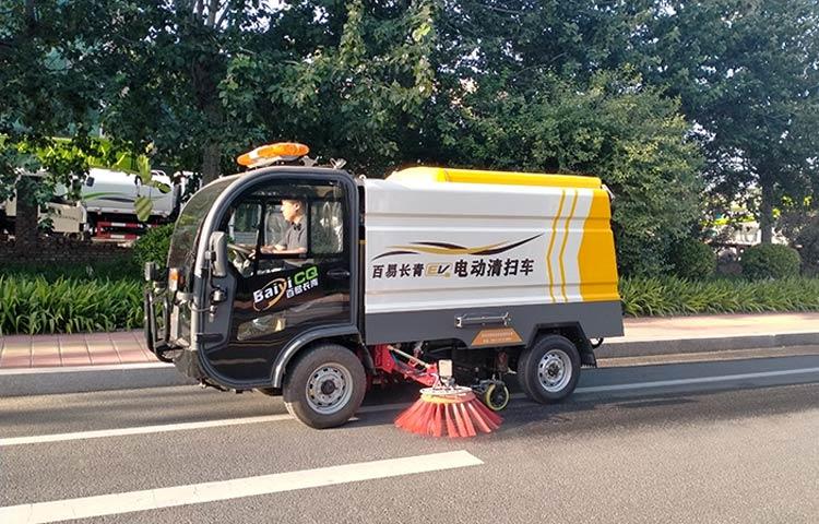 百易长青电动清扫车作业图片