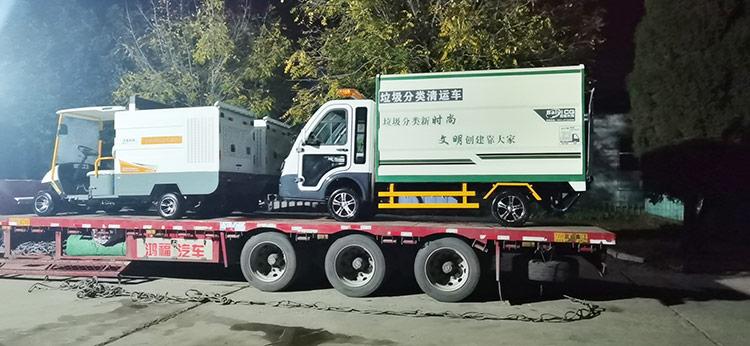 四轮电动高压冲洗车和垃圾分类清运车发货现场