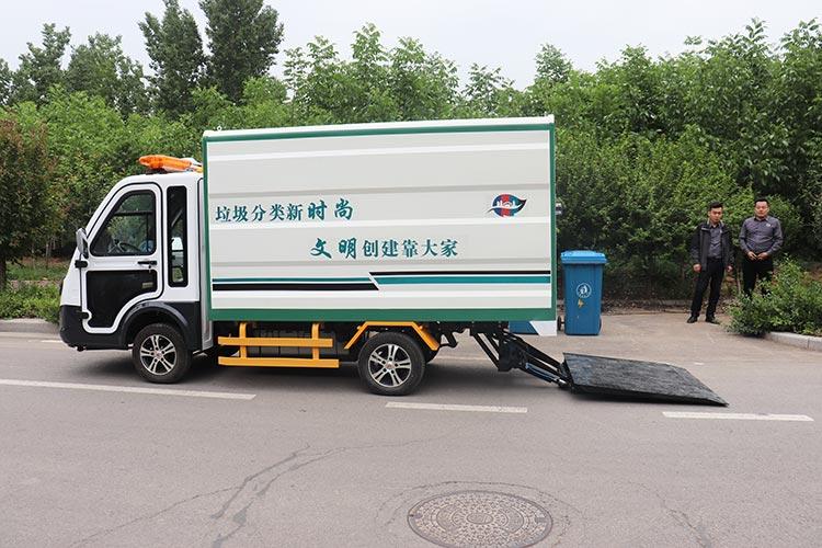 百易长青四分类垃圾清运车作业现场