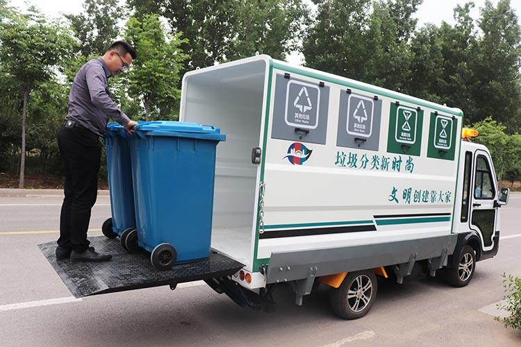 百易长青四分类垃圾清运车作业图片