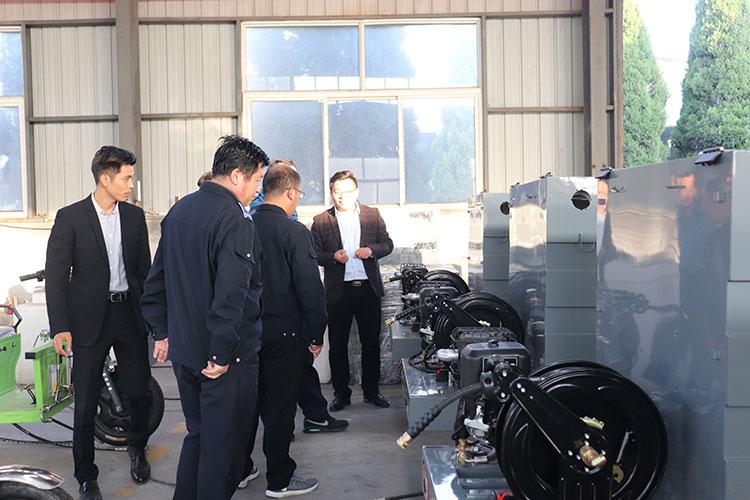 长清区城管局领导参观百易高压冲洗车装配车间