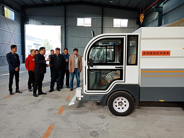 长清城管局领导在参观新款四轮纯电动高压冲洗车