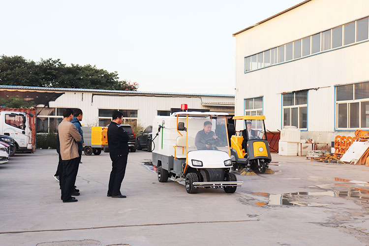 长清区城管局领导在参观清扫车和高压冲洗车协调作业现场