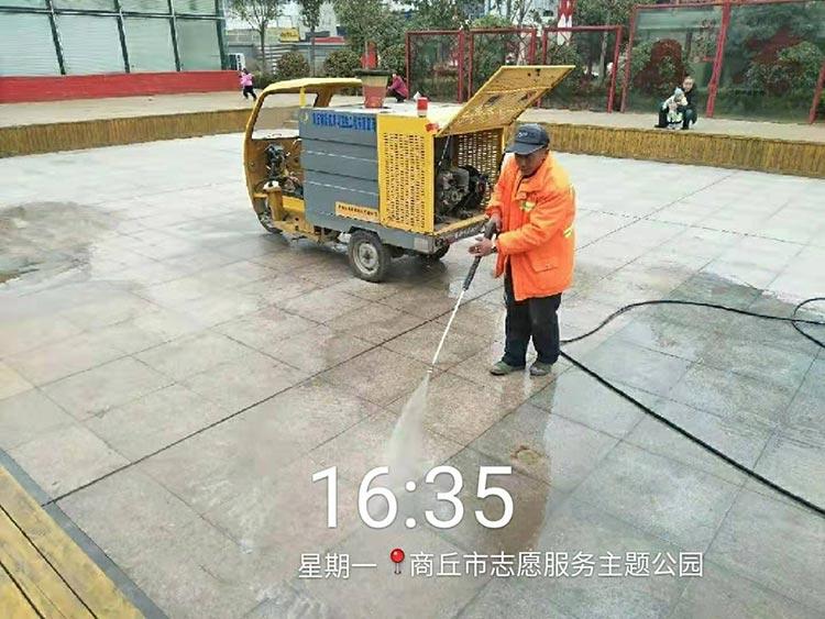 梁园环卫引进高压冲洗车,用于公园地砖冲洗