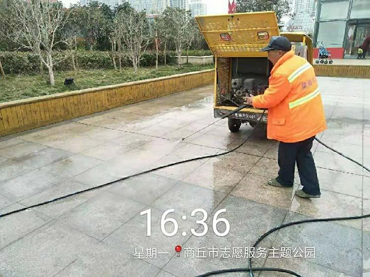 梁园环卫使用高压冲洗车清洗地砖