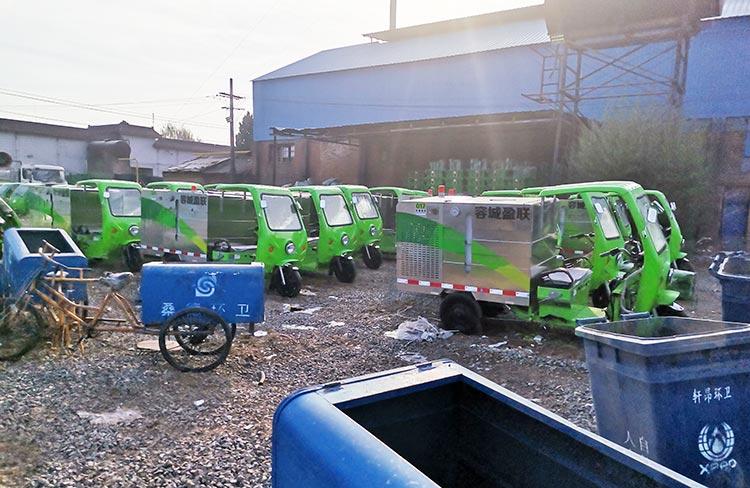 容城环卫公司引进高压冲洗车到货现场