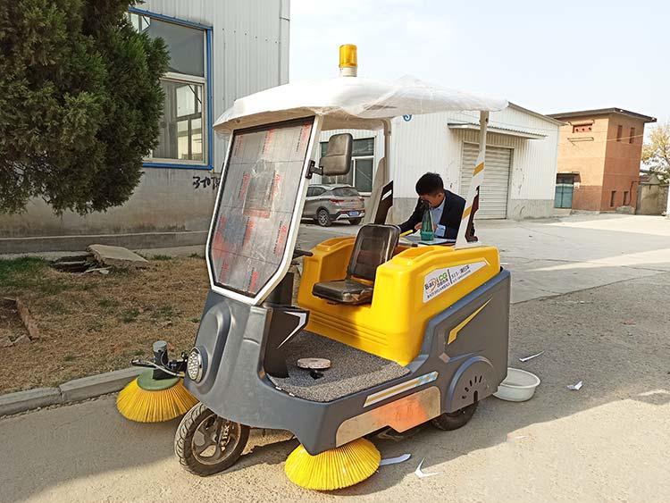 百易小型电动道路清扫车