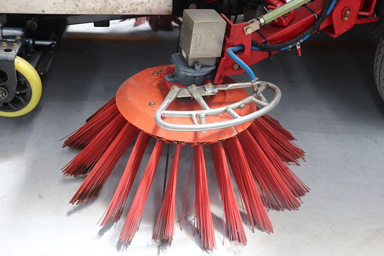 百易中型电动扫地车扫刷结构