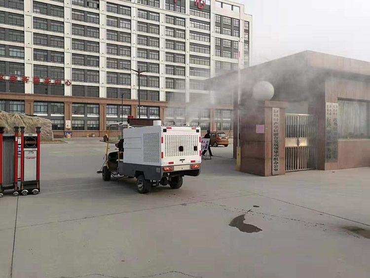 百易四轮高压冲洗车为小区进行消毒作业