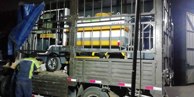 百易小型洒水车装车发货