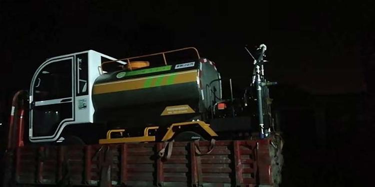 百易小型洒水车连夜发货