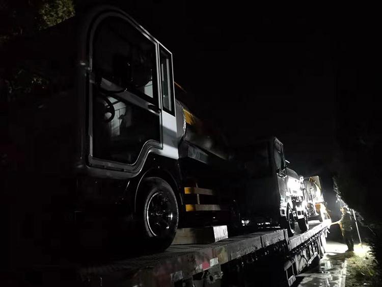 百易小型洒水车连夜装车发货