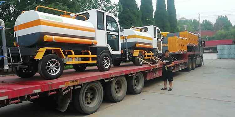 百易小型洒水车和多功能高压冲洗车走货现场