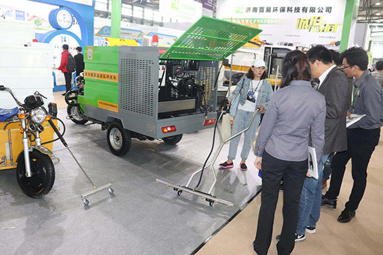 百易环卫高温高压清洗车在上海展会