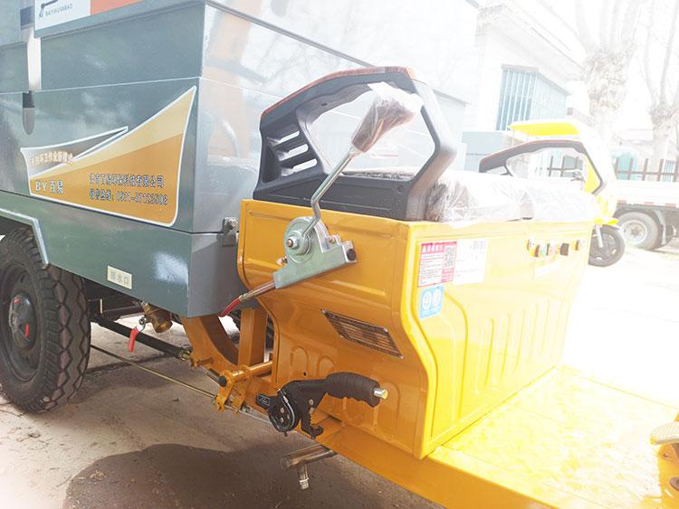 百易多功能高压冲洗车配有高低速调整和制动拉杆