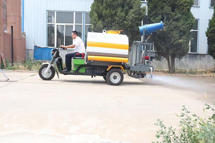 百易电动三轮洒水车作业图片