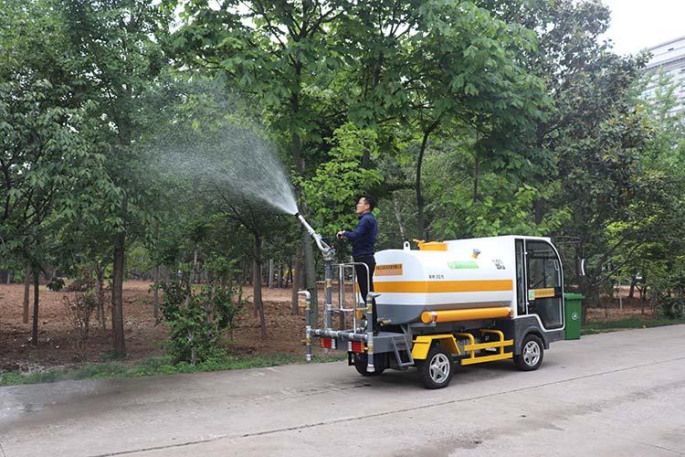 百易电动四轮洒水车绿化浇水作业图