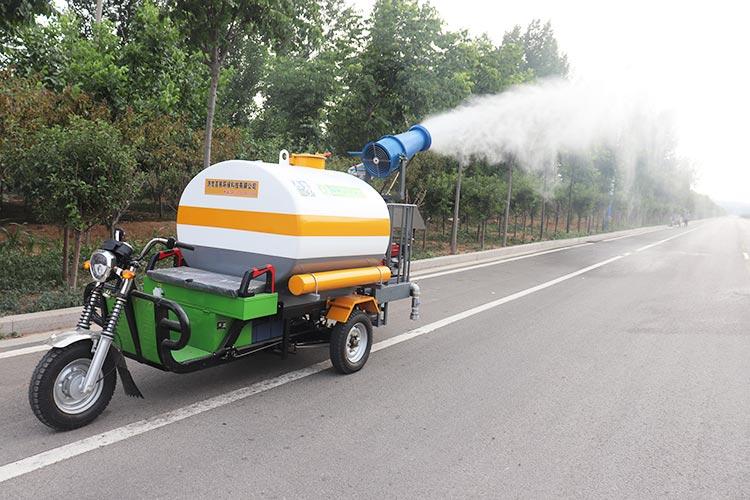 百易电动三轮洒水车喷雾抑尘现场