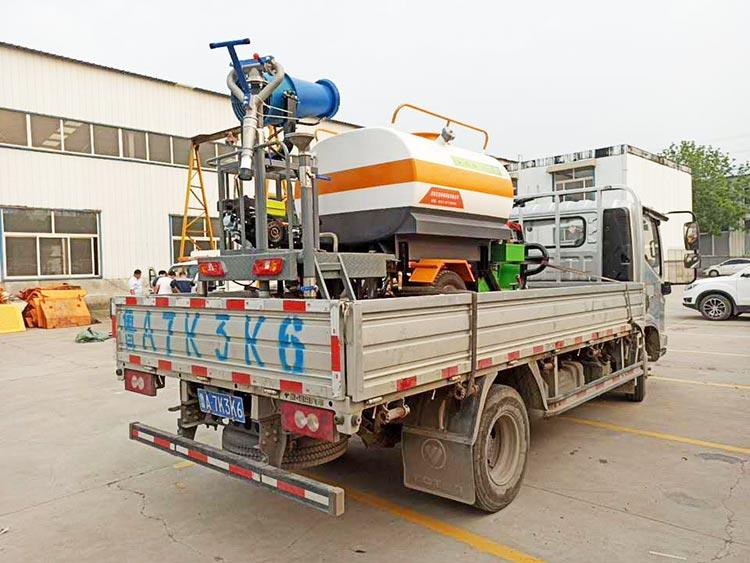百易电动三轮洒水车正在装车发货