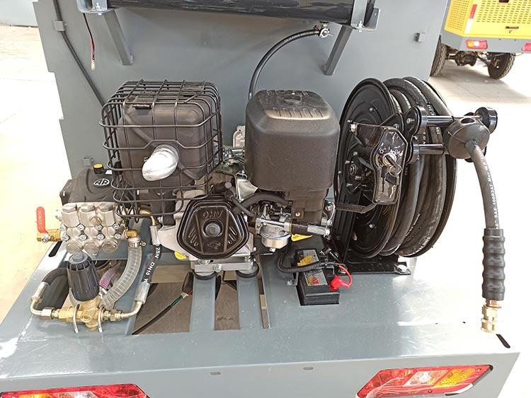 百易小型高压清洗车采用美国百力通发动机