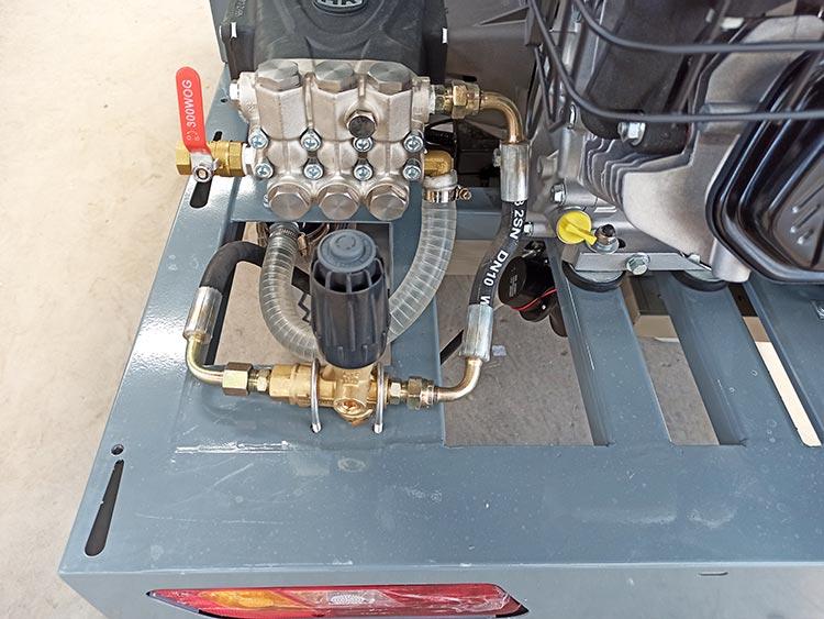 百易小型高压清洗车采用外回水工作原理