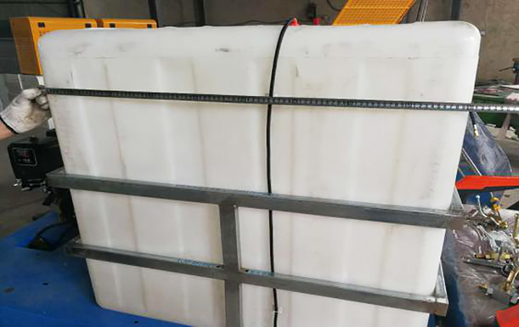 百易小型高压清洗车配置开模滚塑水箱