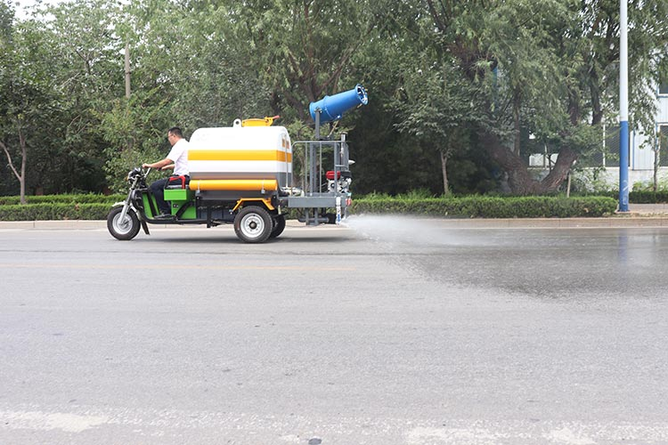 百易长青电动洒水车作业现场