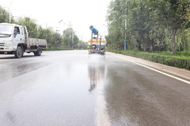 百易长青电动洒水车洒水现场