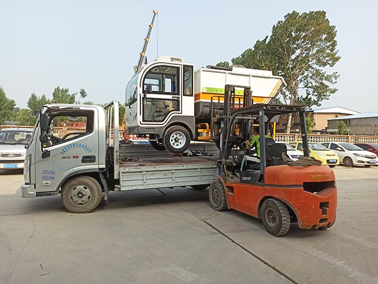 百易长青纯电动垃圾清运车发货现场