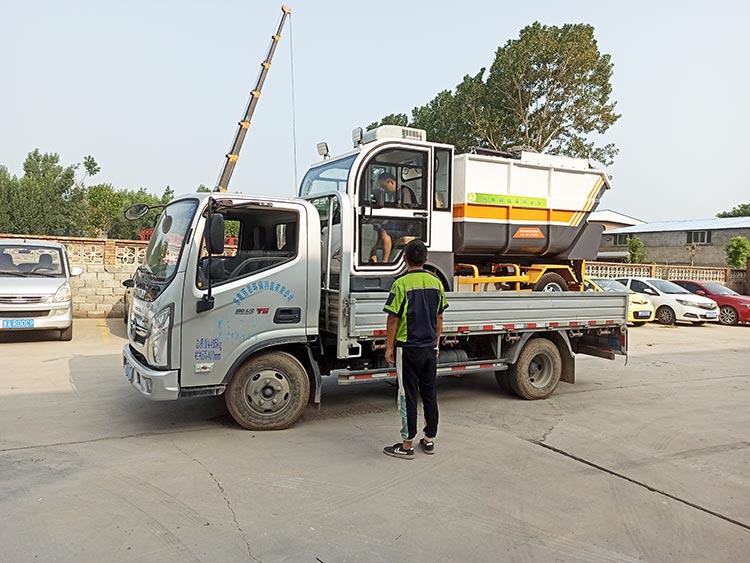 百易长青纯电动垃圾清运车装车发货