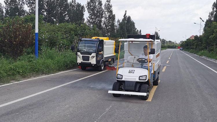 道路清扫车与小型高压冲洗车配合作业