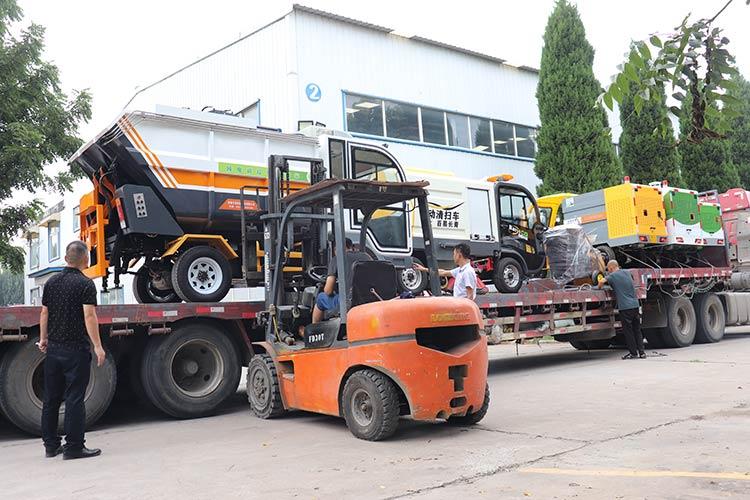 百易长青纯电动垃圾清运车装车现场