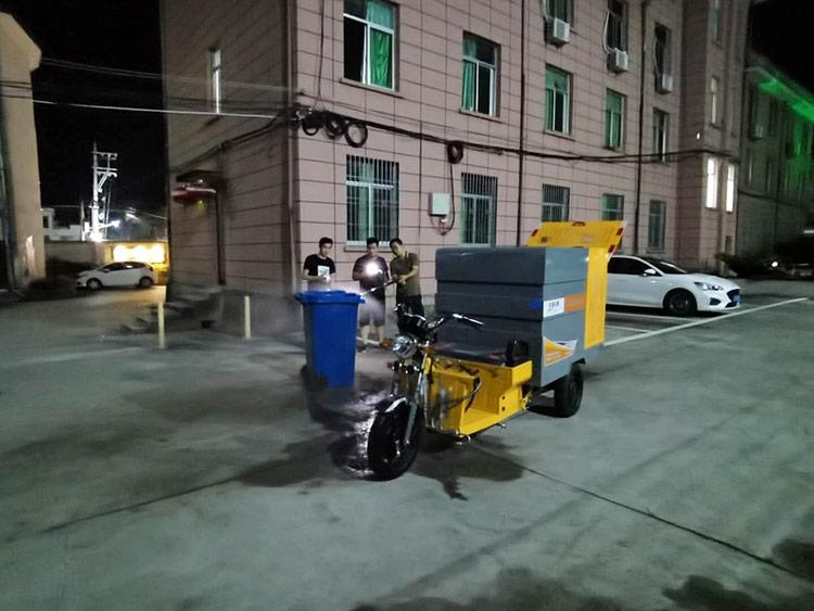 高压冲洗车在冲洗垃圾桶