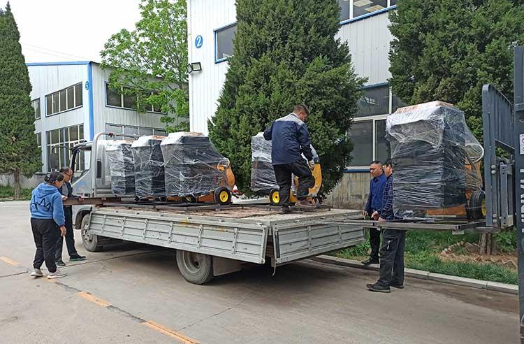 济南城市环卫引进一批手推式树叶收集器装车发货现场图片