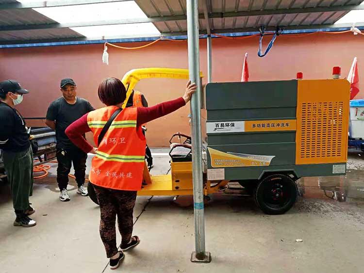 唐山某环卫公司引进一批小型高压清洗车交车现场